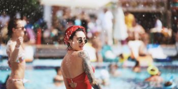 Девушка у бассейна
