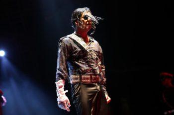 Шоумен в костюме Майкла Джексона