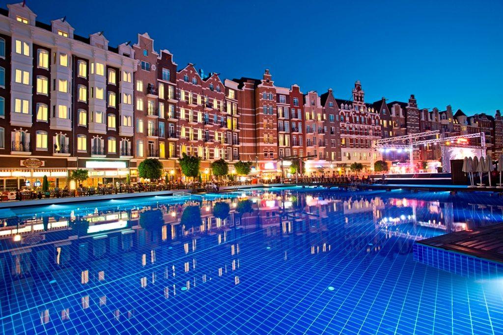 Бассейн и главное здание отеля
