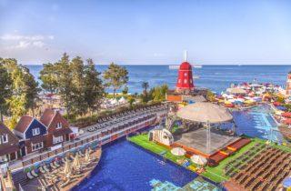 Бассейн отеля и море